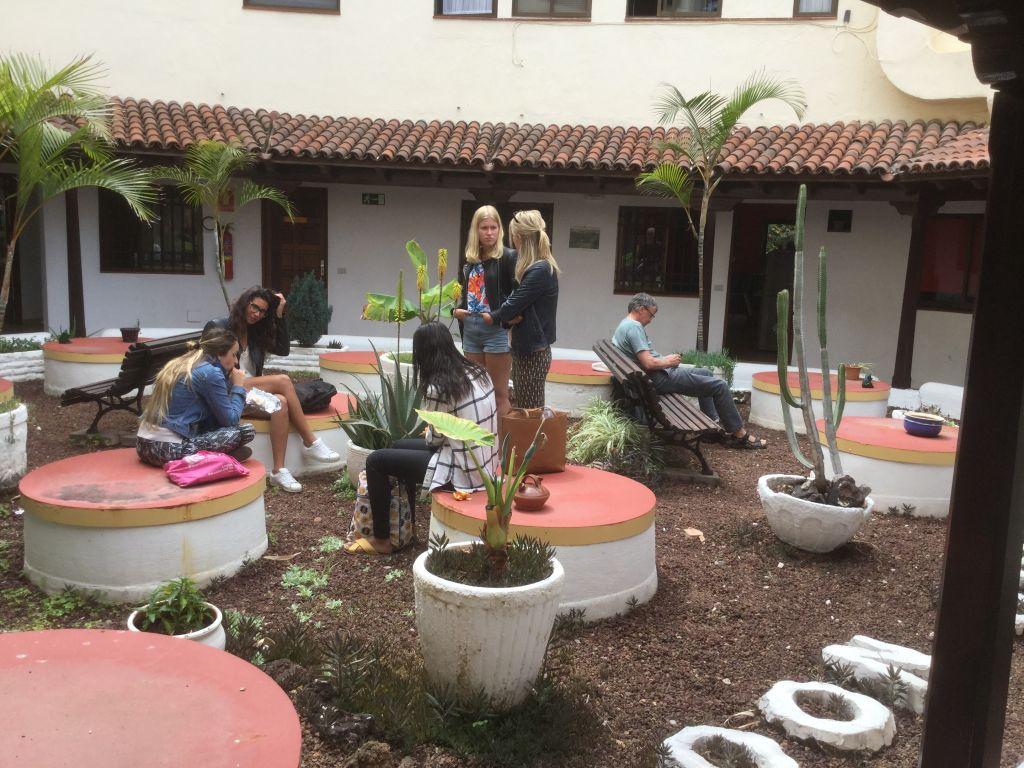 Im Garten der Schule Unterrichtspause Spanischkurse auf Teneriffa, Puerto de la Cruz