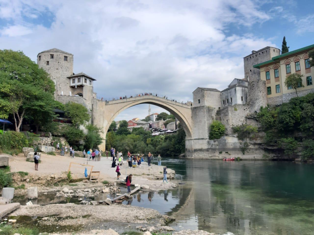 Die ottomanische Brücke von Mostar aus dem 16. Jh. in der Herzegowina