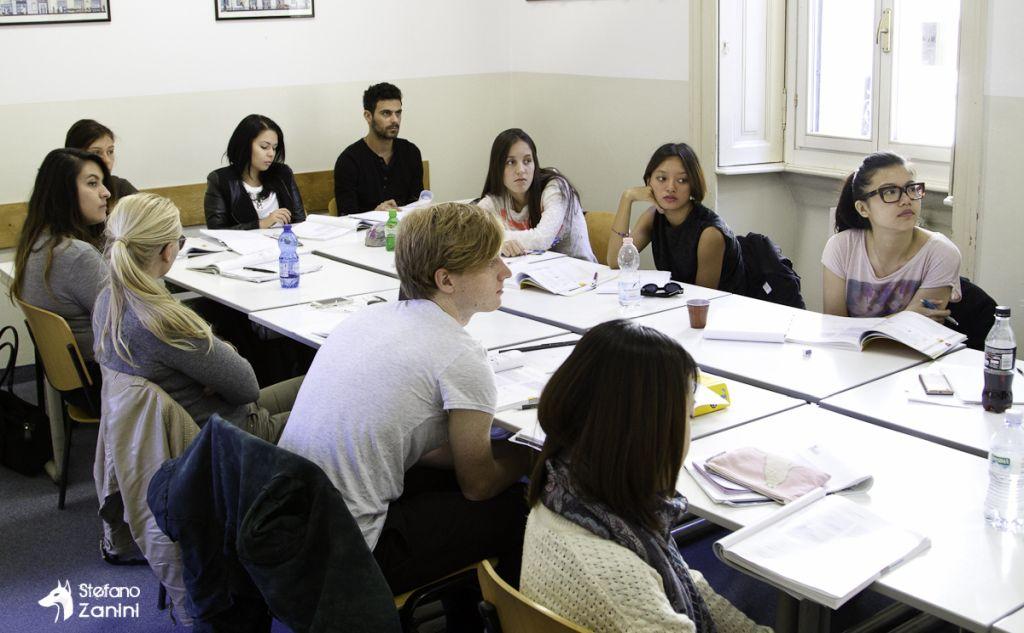 Studenten beim Unterricht in Mailand - Italienisch lernen