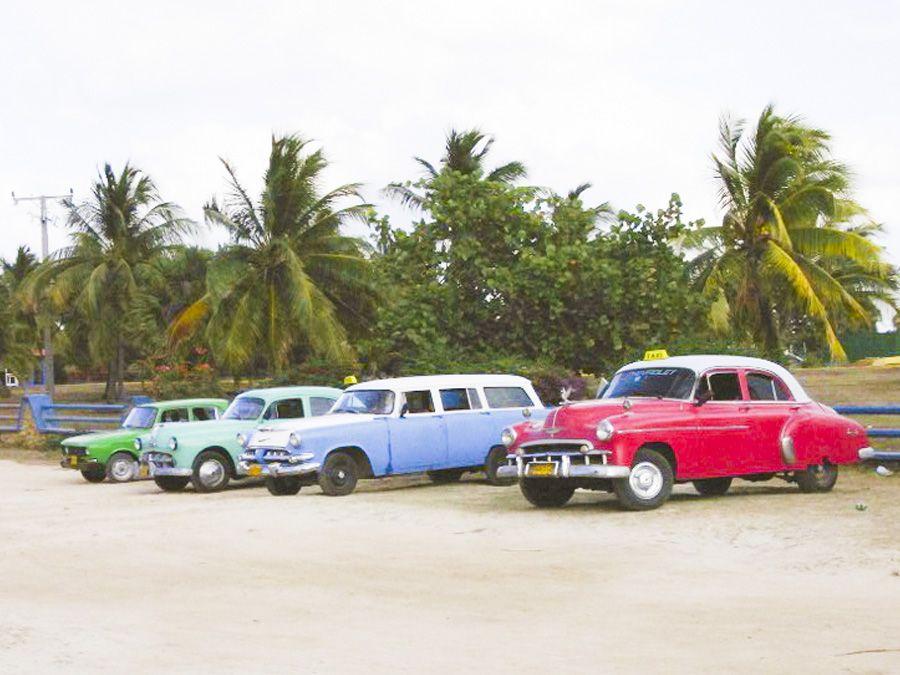 Taxis aus den 50ern warten am Strand - Spanisch Sprachreisen