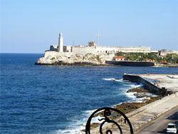Am Malecon Blick auf die Hafeneinfahrt mit der spanischen Festung im Hintergrund